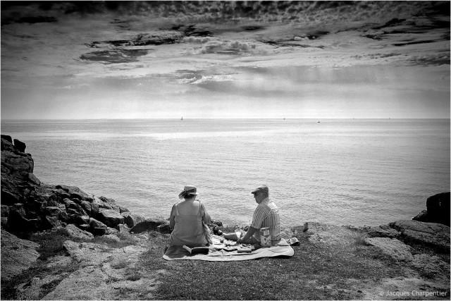 Seuls face a la mer, Piriac, 2014 © Jacques Charpentier